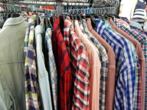 洋服を選ぶ